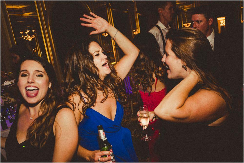 Grand Hotel Des Iles Borromees, matrimonio Lago Maggiore Stresa gli amici festeggiano ballando.